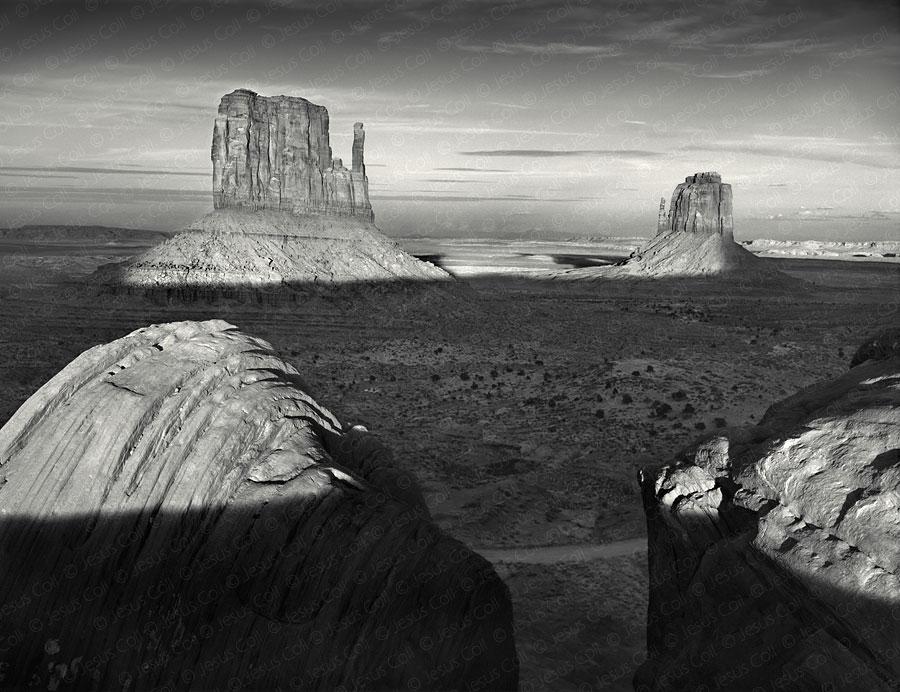 The Mittens, Sunset, Monument Valley, Arizona, USA. Fotografía Fine Art en Blanco y Negro de Paisajes de Jesus Coll